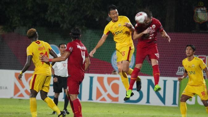 Bek Bhayangkara FC, Lee Won-jae berduel dengan bek Persija, Marco Motta. (Media Bhayangkara FC).