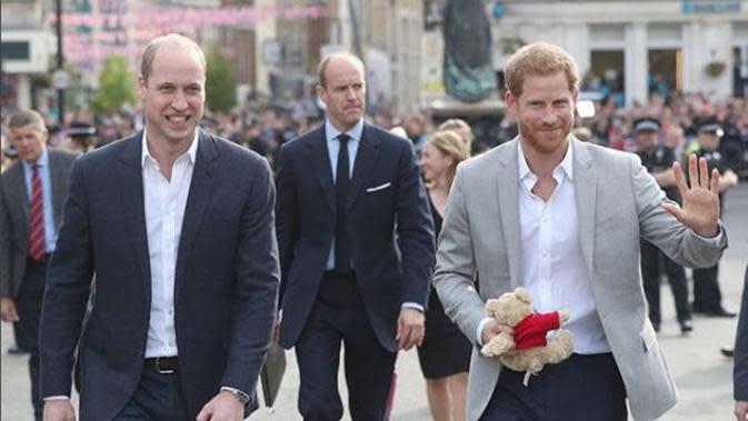 Pangeran Harry dan Pangeran William menyapa warga di sekitar Kastil Windsor (Instagram @kensingtonroyal)