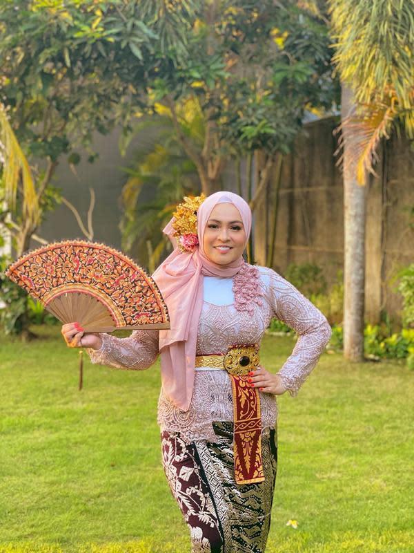 Di tengah pandemi, belum lama ini keluarga Uya Kuya juga berlibur ke Bali. Mereka juga sesi foto dengan memakai busana tradisional daerah tersebut. Ini adalah penampilan Astrid Kuya yang cantik dengan outfit bernuansa pink. (Instagram/astridkuya)