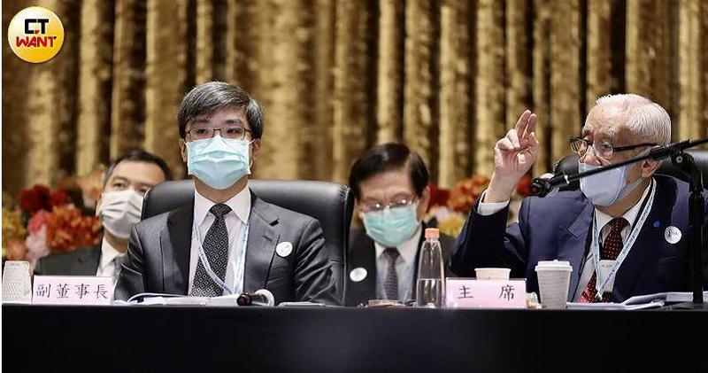 南山人壽副董事長尹崇堯(中)今天出席股東常會,面對股東邀請其發言說明公司經營理念,還未公開發言。(圖/王永泰攝)