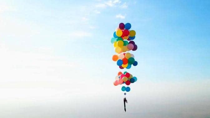 Tom Morgan terbang dengan bermodalkan ratusan balon helium berwarna warni. (sumber: Thetimesuk)