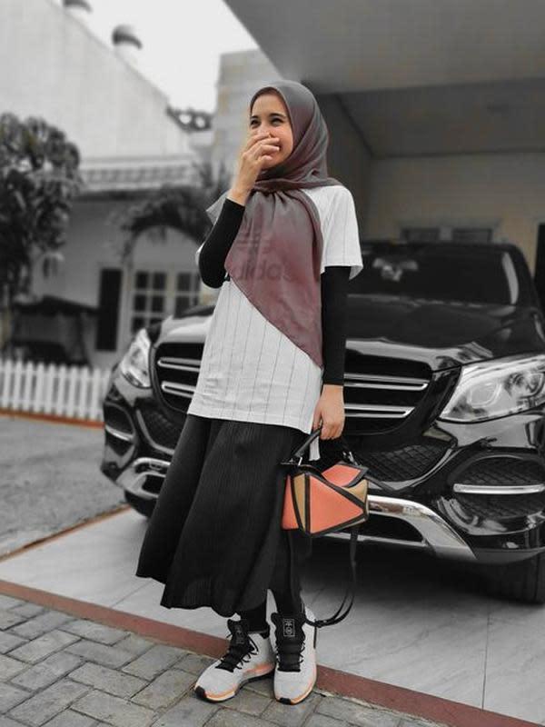 Zaskia Sungkar memakai baju suami. (Instagram/@zaskiasungkar15)