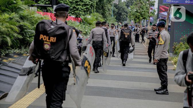 Petugas kepolisian dikerahkan untuk menjaga keamanan di sekitar Gedung DPR/MPR RI, Jakarta, Jumat (14/8/2020). Pengamanan ekstra tersebut untuk mengantisipasi rencana unjuk rasa menolak RUU Cipta Kerja yang bertepatan dengan Sidang Tahunan di Gedung DPR. (Liputan6.com/Faizal Fanani)