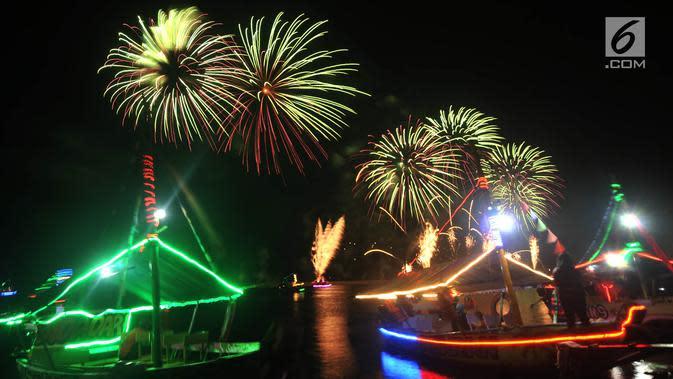 Pesta kembang api saat malam Tahun Baru 2019 di Pantai Lagoon, Ancol, Jakarta, Selasa (1/1). Ancol menyajikan pesta kembang api musikal sepanjang 600 meter di bibir pantai dalam menyambut Tahun Baru 2019. (Merdeka.com/Iqbal Nugoho)