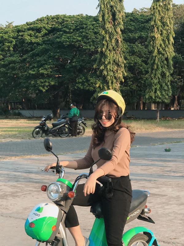 Saat sore hari, JK menikmati suasana di Surabaya dengan berbagai aktivitas, salah satunya keliling dengan sepeda motor. Gayanya yang stylish ini membuat pemiliki 71,5 ribu followers di Instagram ini terlihat sangat memesona, (Liputan6.com/IG/@jekaxjk)