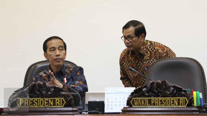 Presiden Jokowi berbincang dengan Sekretaris Kabinet Pramono Anung sebelum rapat terbatas di Kantor Presiden, Jakarta, Kamis (9/3). Rapat itu membahas mengenai penghapusan penggunaan merkuri pada Pertambangan Emas Skala Kecil. (Liputan6.com/Angga Yuniar)