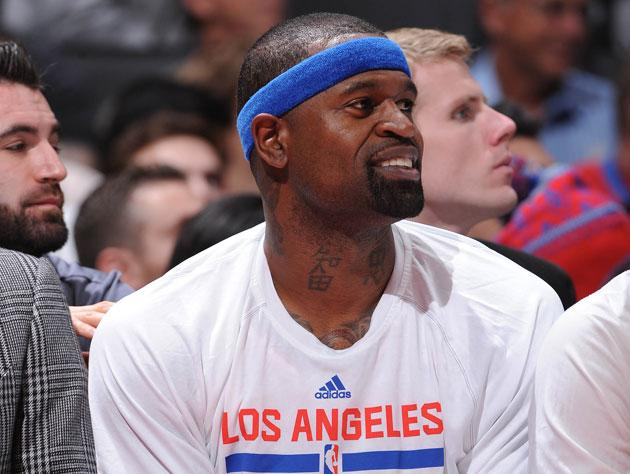 Gregg Popovich reunites with Stephen Jackson, steals his headband, throws it at him (Video)