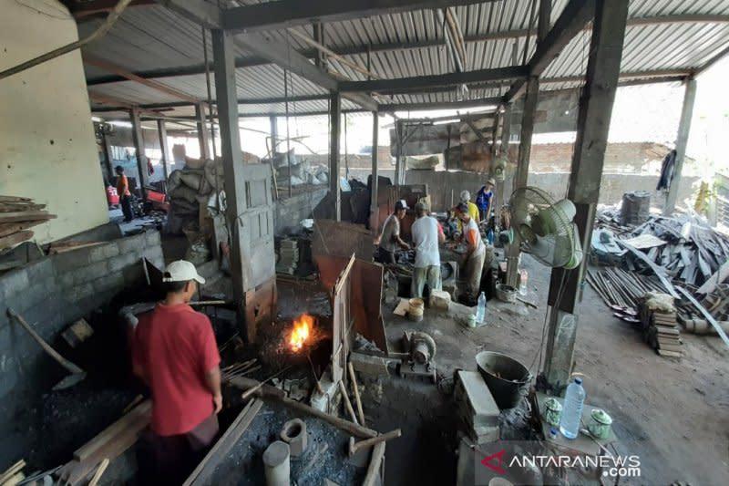 Digempur impor, perajin alat pertanian tradisional ini tetap bertahan