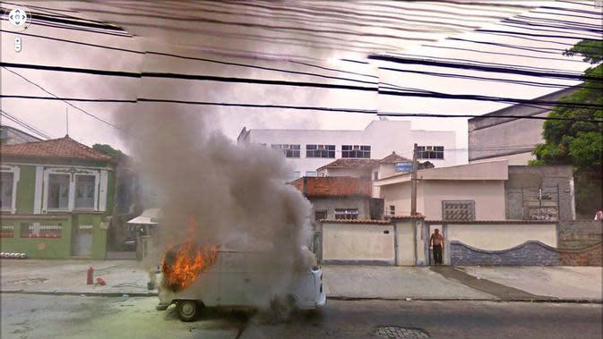 Van terbakar (Jon Rafman/Google Street View)