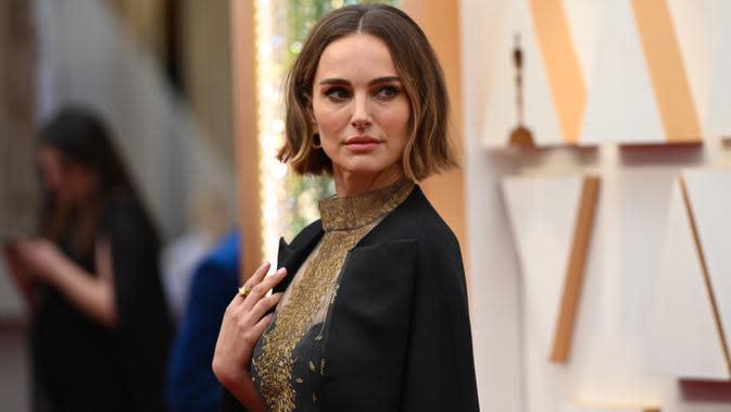 Aktris Natalie Portman menghadiri ajang Academy Awards ke-92 atau Oscar 2020 yang digelar di Dolby Theatre, Los Angeles, Minggu (9/2/2020). Salah satu artis penampilan yang mencuri perhatian dalam red carpet Oscar kali ini adalah Natalie Portman. (Robyn Beck/AFP)