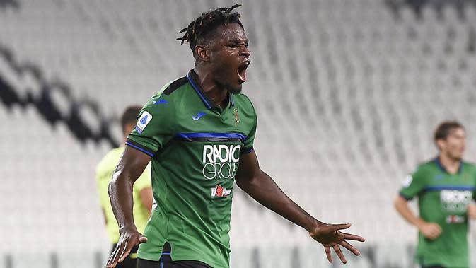 Striker Atalanta, Duván Zapata, melakukan selebrasi usai mencetak gol ke gawang Juventus pada laga Serie A di Allianz Stadium, Minggu (12/7/2020). Kedua tim bermain imbang 2-2. (Fabio Ferrari/LaPresse via AP)