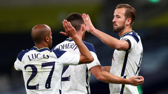 Penyerang Tottenham, Harry Kane, merayakan gol yang dicetaknya ke gawang Maccabi Haifa pada laga play-off Liga Europa 2020/2021 di Tottenham Hotspur Stadium, Jumat (2/10/2020) dini hari WIB. Tottenham menang 7-2 atas Maccabi Haifa. (AFP/Clive Rose/pool)