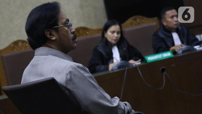 Mantan Gubernur Kepulauan Riau, Nurdin Basirun saat menjalani sidang pembacaan dakwaan di Pengadilan Tipikor Jakarta, Rabu (4/12/2019). Nurdin Basirun didakwa menerima gratifikasi Rp4,22 miliar dari berbagai pihak selama masa jabatannya dalam kurun waktu 2016-2019. (Liputan6.com/Helmi Fithriansyah)