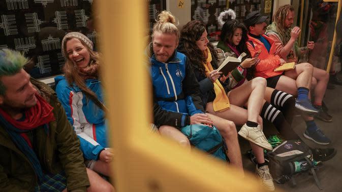 Orang-orang bepergian dengan kereta bawah tanah selama acara tahunan No Pants Subway Ride di Berlin pada Minggu (12/1/2020). Untuk tahun ini, acara naik kereta tanpa celana itu dilangsungkan serentak di sejumlah kota dunia pada 12 Januari. (Jörg Carstensen / dpa / AFP)