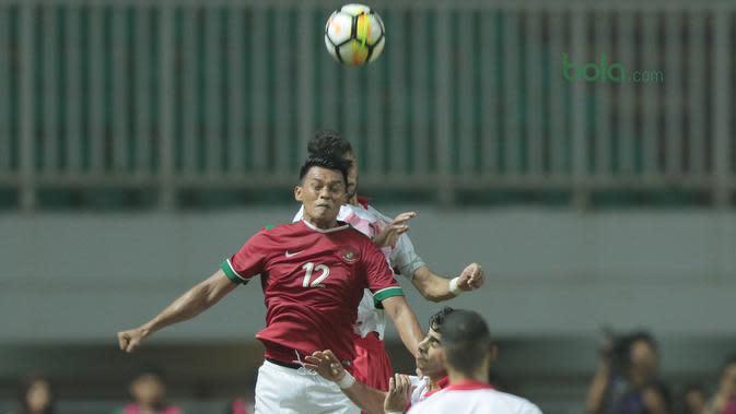 Pemain Timnas Indonesia U-23, Lerby Eliandri saat melawan Bahrain pada laga PSSI Anniversary Cu 2018 di Stadion Pakansari, Bogor, (26/4/2018). Bahrain menang 1-0. (Bola.com/Nick Hanoatubun)