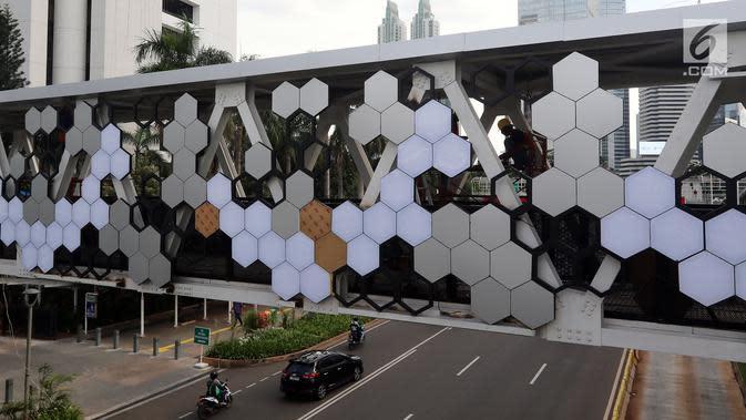 Suasana pembangunan JPO di Dukuh Atas, Jakarta, Kamis (20/12). Pembangunan JPO Halte Transjakarta Dukuh Atas sisi Timur dilakukan untuk merelokasi JPO yang posisi tiang (kolom penyangga) berada di tengah ruas jalan.(Liputan6.com/Johan Tallo)