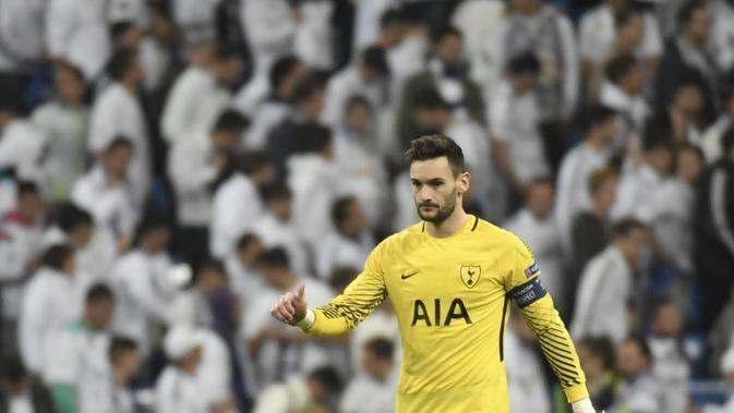 Hugo Lloris menjadi kunci sukses Tottenham Hotspur meraih satu poin di markas Real Madrid. Laga ketiga Grup H Liga Champions 2017/2018 di Santiago Bernabeu itu berakhir dengan skor 1-1. (GABRIEL BOUYS / AFP)