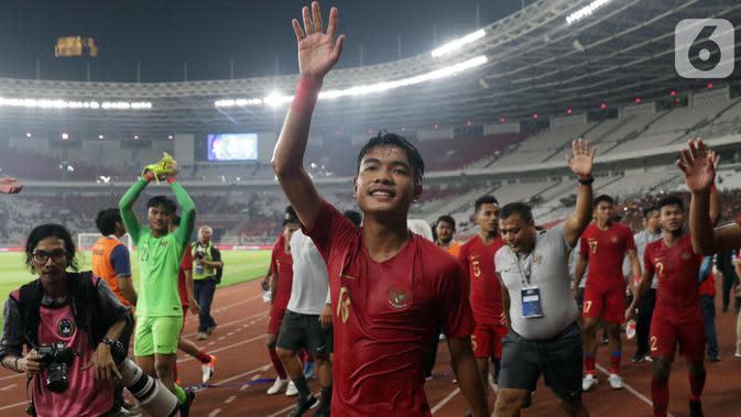 Pemain tengah Timnas Indonesia, Brylian Negiehta Aldama merayakan hasil imbang melawan Korea Utara pada laga kualifikasi Grup K Piala AFC U-19 2020 di Stadion Utama Gelora Bung Karno, Jakarta, Minggu (10/11/2019). Indonesia lolos ke putaran Piala AFC U-19 2020. (Liputan6.com/Helmi Fithriansyah)