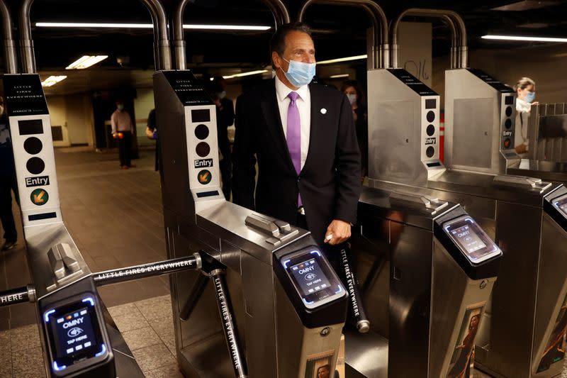 New York City yang terpukul mulai dibuka kembali saat infeksi virus corona merosot