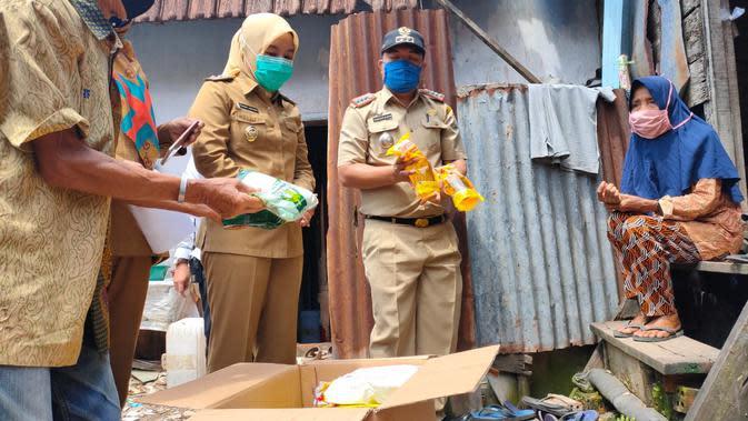 Wakil Wali Kota (Wawako) Palembang Fitrianti Agustinda mengunjungi salah satu warganya yang masuk kategori miskin dan memberikan paket sembako (Liputan6.com / Nefri Inge)