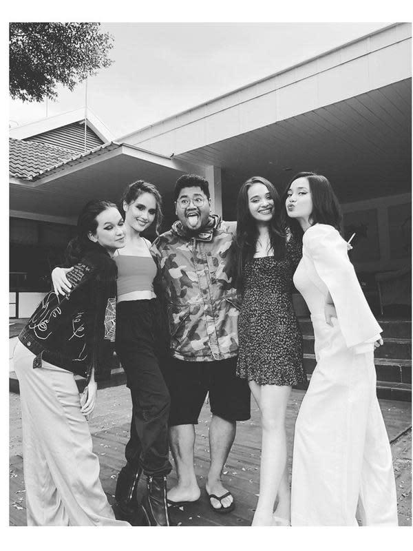 Pemotretan Cinta Laura dan artis wanita lainnya (Sumber: Instagram/ricoleonard)