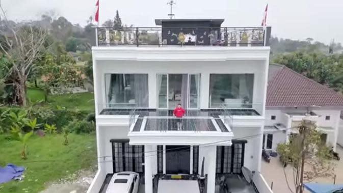 Rumah presenter dan komedian, Kartika Putri dari luar. Tampak rumah megah tiga lantai bercat putih. Sebelumnya, ini rumah Habib, namun, oleh Kartika dibangun baru. Rumah lama di ratakan dengan tanah. (Youtube/RioMotret)