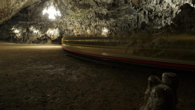 Sebuah kereta bawah tanah beroperasi di Gua Postojna, Slovenia, 29 September 2020. Gua Postojna merupakan salah satu objek wisata alam terkenal di Slovenia. (Xinhua/Zeljko Stevanic)