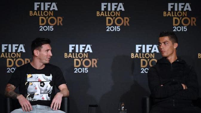 Lionel Messi (kiri) dan Cristiano Ronaldo (kanan) dalam konferensi pers jelang penganugerahan FIFA Ballon d'Or 2015 di Kongresshaus, Zurich, Selasa (12/1/2016) dini hari WIB. Messi akhirnya meraih gelar tersebut pada edisi 2015. (AFP/Olivier Morin)