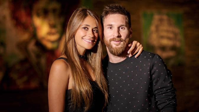 Bintang Barcelona, Lionel Messi bersama Antonella Roccuzzo berpose sebelum acara pernikahannya di Rosario, Argentina, (30/6/2017). (Photo by Andres Preumayr/Nueva Comunicacion/AFP)