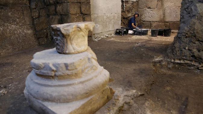 Seorang arkeolog Israel bekerja di sebuah situs penggalian arkeologi di Yerusalem (19/5/2020). Para arkeolog Israel berhasil menemukan sistem bawah tanah unik berusia sekitar 2.000 tahun yang dipahat di batuan dasar dekat Western Wall Plaza di Yerusalem kuno. (Xinhua/Gil Cohen Magen)