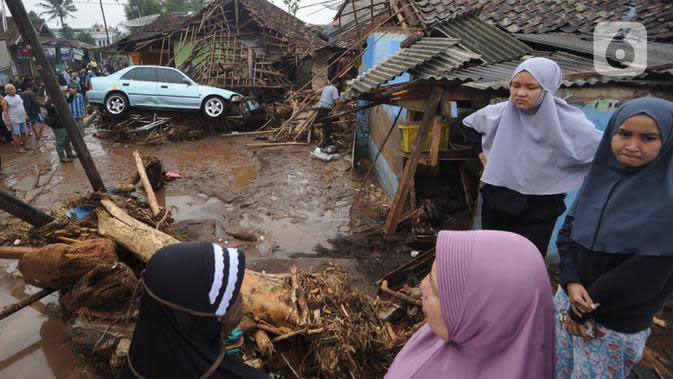 Warga menyaksikan bangunan yang rusak usai banjir bandang melanda Kampung Cibuntu, Desa Pasawahan, Kecamatan Cicurug, Sukabumi, Jawa Barat, Selasa (22/9/2020). Data sementara puluhan bangunan rusak berat, 12 rumah hanyut, dan dua korban hilang masih dicari. (merdeka.com/Arie Basuki)