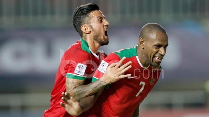 Boaz Solossa disambut Stefano Lilipaly setelah mencetak gol ke gawang Vietnam melalui penalti dalam laga leg pertama semifinal Piala AFF 2016 di Stadion Pakansari, Bogor, Sabtu (3/12/2016). (Bola.com/Peksi Cahyo)