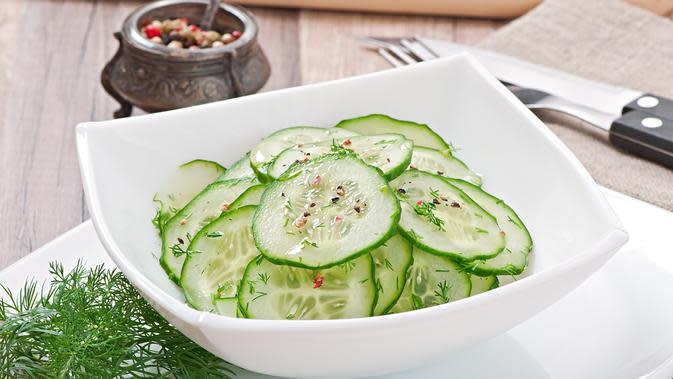 Ilustrasi salad mentimun./Copyright shutterstock.com/g/timolina