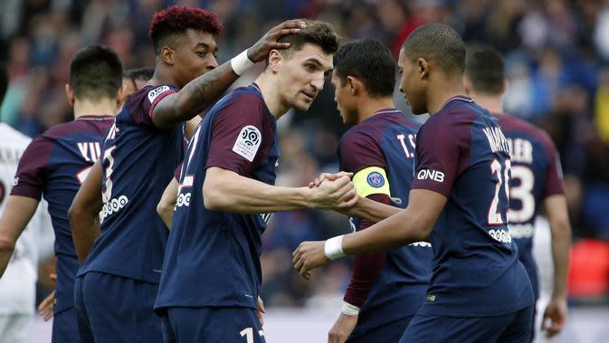Para pemain PSG merayakan gol Thomas Meunier (tengah) saat melawan FC Metz pada lanjutan Ligue 1 Prancis di Parc des Princes Stadium, Paris (10/3/2018). PSG menang telak 5-0. (AP/Thibault Camus)