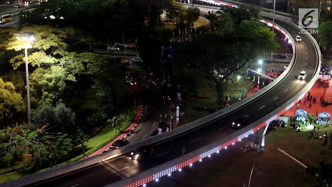 Lampu pemandangan Simpang Susun Semanggi menyala pada malam hari ketika diresmikan Presiden Joko Widodo bertepatan dengan Hari Ulang Tahun ke-72 Kemerdekaan Republik Indonesia (17/08) (Liputan6.com/Johan Tallo)