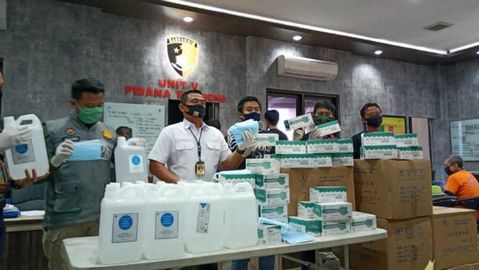 Satreskrim Polrestabes Surabaya membongkar kasus masker kesehatan tak berizin (Foto: Liputan6.com/Dian Kurniawan)