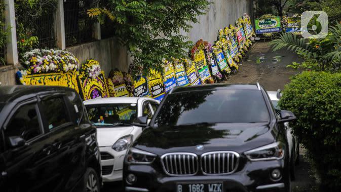 Deretan karangan bunga duka cita atas meninggalnya Glenn Fredly terlihat di Gereja Sumber Kasih, Lebak Bulus, Jakarta, Kamis (9/4/2020). Glenn Fredly meninggal pada usia 44 tahun dan meninggalkan seorang anak berusia dua bulan. (Liputan6.com/Faizal Fanani)