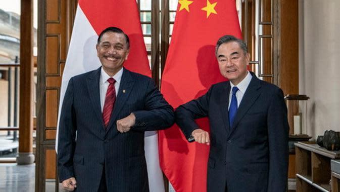 Menko Marves RI Luhut Binsar Pandjaitan dan Menlu China Wang Yi dalam pertemuan di Yunnan 9 Oktober 2020. (China MoFA via CGTN)