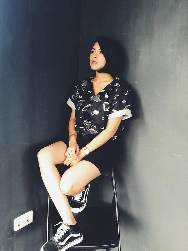 Gaya outifit serba hitam lainnya juga bisa dicoba paduan celana jeans hitam pendek dengan kemeja bermotif. Dilengkapi dengan sepatu sneakers berwarna senada, gaya ini jadi penampilan hits yang sedang banyak digemari remaja saat ini. (Liputan6.com/IG/@fastynabila)