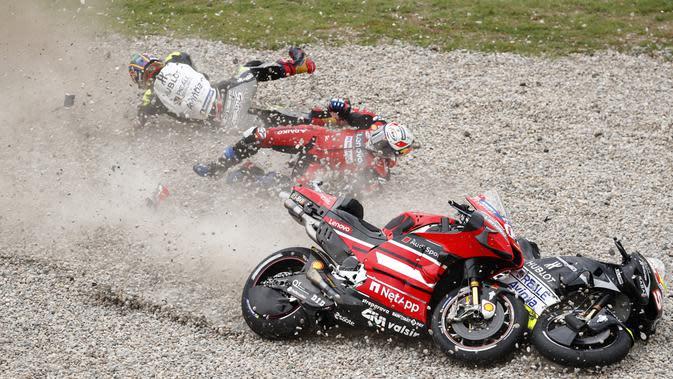 Kecelakaan yang dialami Johann Zarco dan Andrea Dovizioso pada balapan MotoGP Catalunya, 27 September 2020. (AP Photo/Joan Monfort)