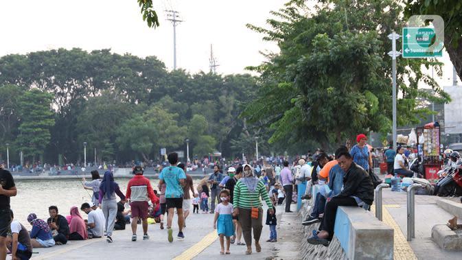 Aktivitas warga di area pedestrian Danau Sunter, Jakarta, Sabtu (27/6/2020). Beragam aktivitas dilakukan warga sambil menikmati waktu sore di area Danau Sunter, Jakarta. (Liputan6.com/Helmi Fithriansyah)