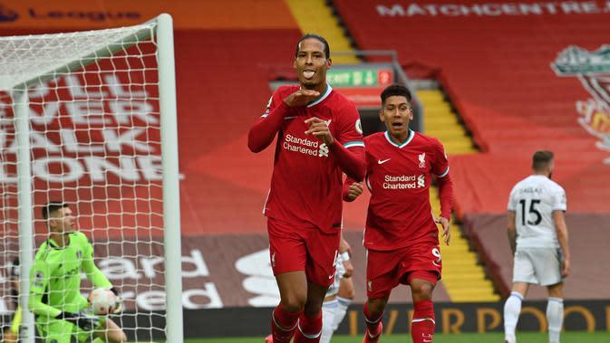 Pemain Liverpool, Virgil van Dijk melakukan selebrasi usai membobol gawang Leeds United pada laga pembuka Liga Inggris 2020/2021, Minggu (12/9/2020) dini hari WIB. (Paul Ellis/POOL/AFP)