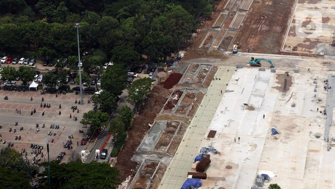 Suasana proyek revitalisasi Taman Sisi Selatan Monumen Nasional dilihat dari ketinggian, Jakarta, Minggu (19/1/2020). Proses revitalisasi kawasan Monas menggunakan skema multi-years dalam waktu tiga tahun dari 2019 hingga 2021. (Liputan6.com/Helmi Fithriansyah)