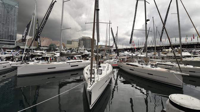 Yacht atau kapakl layar ringan dipamerkan dalam Sydney International Boat Show di Darling Harbour di Sydney, Australia (3/8). Acara pameran alat transportasi air ini berlangsung dari 3 sampai 7 Agustus. (AFP Photo/Peter Parks)