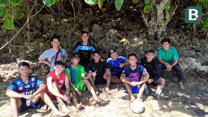Pemain muda Arema FC, Vikrian Akbar melakukan latihan di pantai (Bola.com/Iwan Setiawan)
