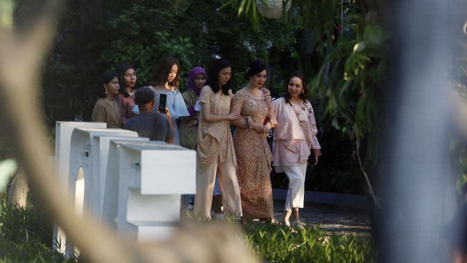Menurut pihak wedding organizer yang menangani acara lamaran pasangan ini, undangan yang disebar dalam acara tersebut sekitar 200 undangan. (Muhammad Akrom Sukarya/© KapanLagi.com)