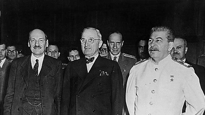 Presiden Harry S. Truman (tengah) bersama Perdana Menteri Inggris Clement Attlee (kiri) dan Pemimpin Uni Soviet Joseph Stalin saat Konferensi Potsdam 1945 (Wikimedia Commons)
