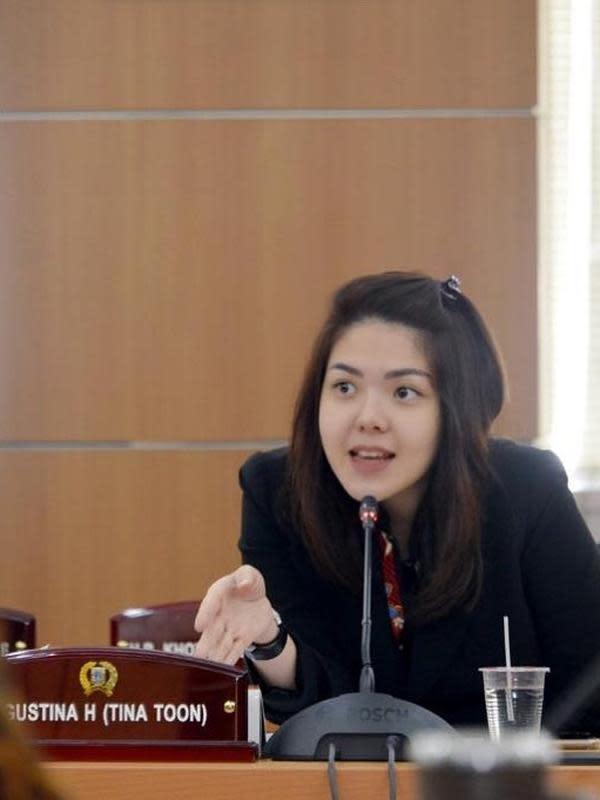 Melansir Kapanlagi.com, Rabu (12/8/2020), Tina Toon yang kini berkecimpung di dunia politik berbicara soal media sosial. Menurutnya, perkembangan media sosial begitu pesat, terutama soal fungsi yang banyak digunakan untuk berbisnis. (Instagram/tinatoon101)