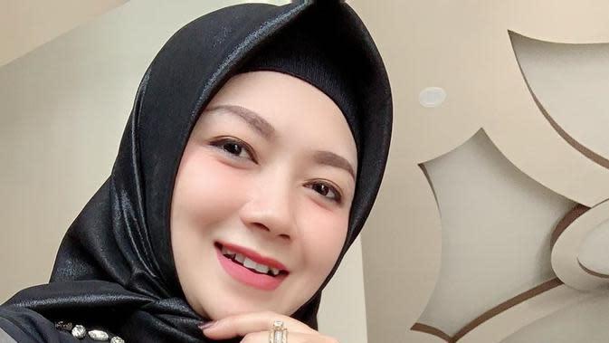 Gaya hijab yang dipilih Ratna pun nampak simpel dan sederhana. Namun, pesonanya selalu terpancar sehingga membuatnya nampak menawan. (Liputan6.com/IG/@ratnaantikamonata_rafcreal_new)