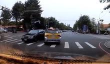 獨/小黃疑搶快未禮讓直行車! 對向煞車不及 前保桿被撞開